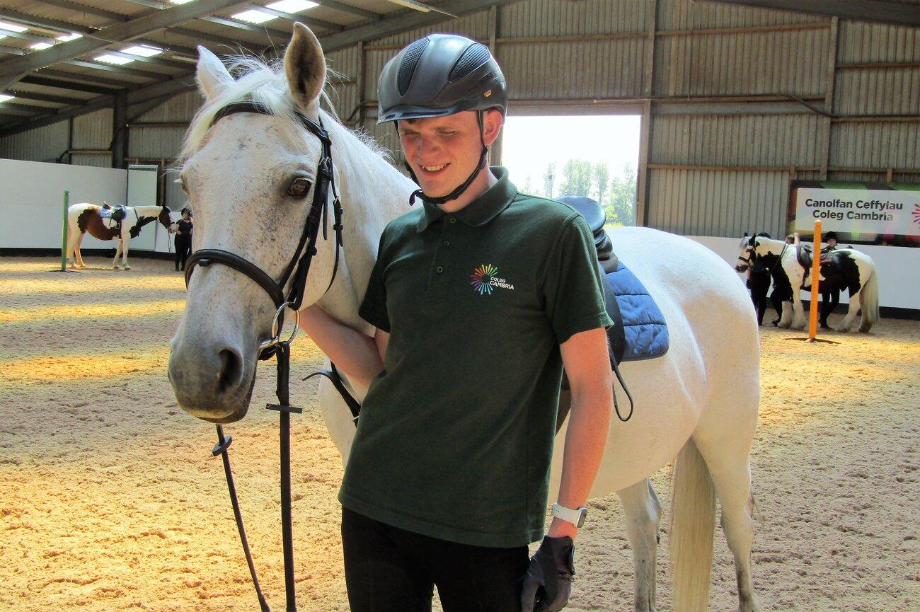 Thrillseeker Hari won't let blindness stop lifelong dream to work with horses